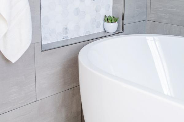 Freestanding tub with niche