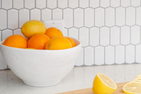 White backsplash tile with oranges