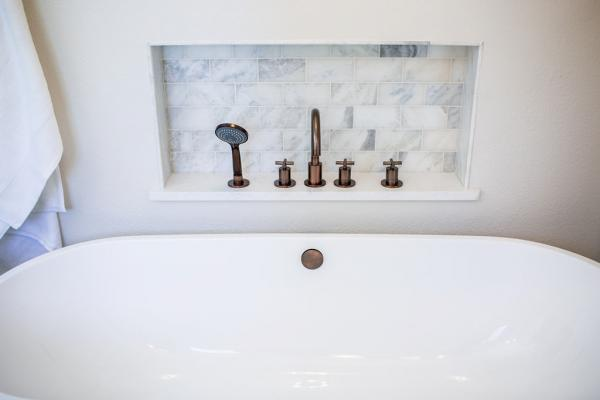 Bathtub with faucet niche