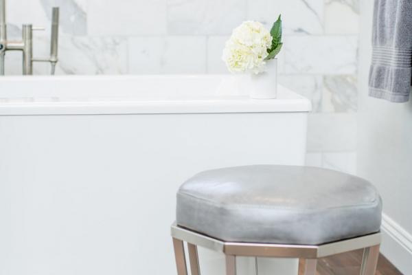 Dark floors and white tub