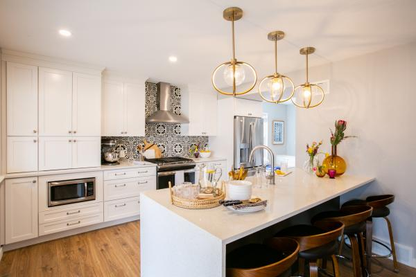 Transitional kitchen with peninsula