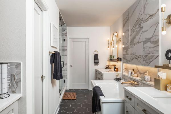 Large bathroom with marble walls